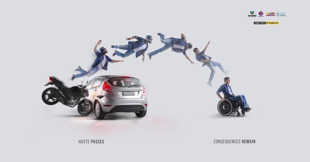 Наружная реклама показала прямой путь спешащих мотоциклистов.