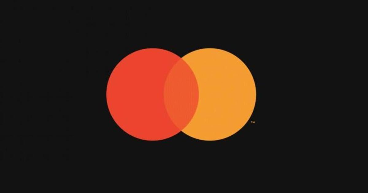 Mastercard убрал название с лого бренда.