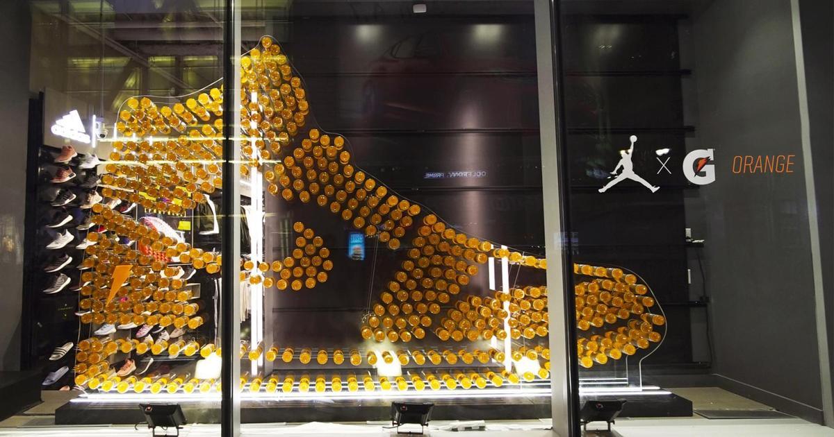 Gatorade сложил кроссовки из бутылок в креативной наружной рекламе.