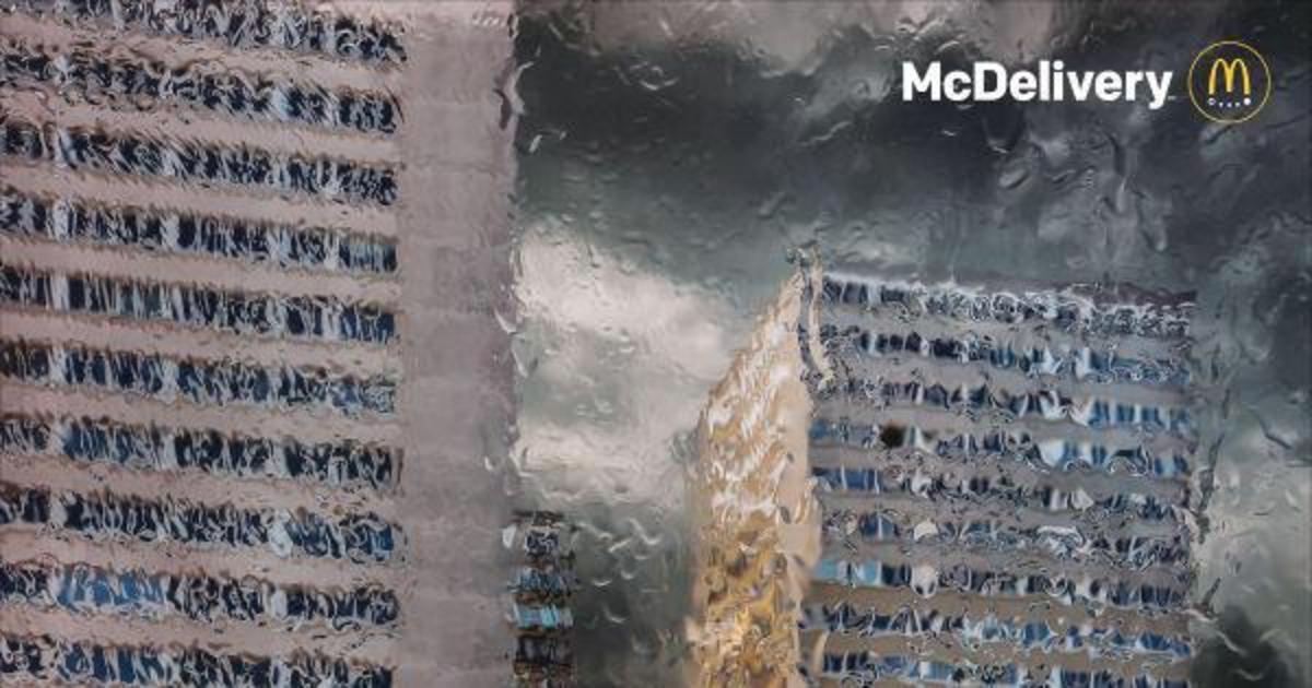 McDonald's рассказал о сервисе доставки, показав непогоду за окном.