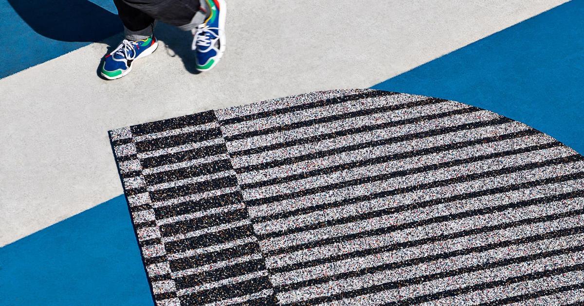 Adidas сделал коврики из переработанных кроссовок.