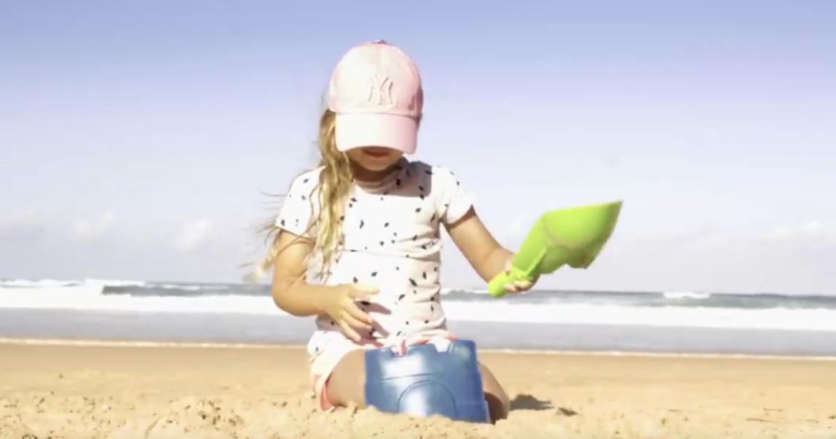 Производитель мороженого использовал свою упаковку для создания песочных замков.
