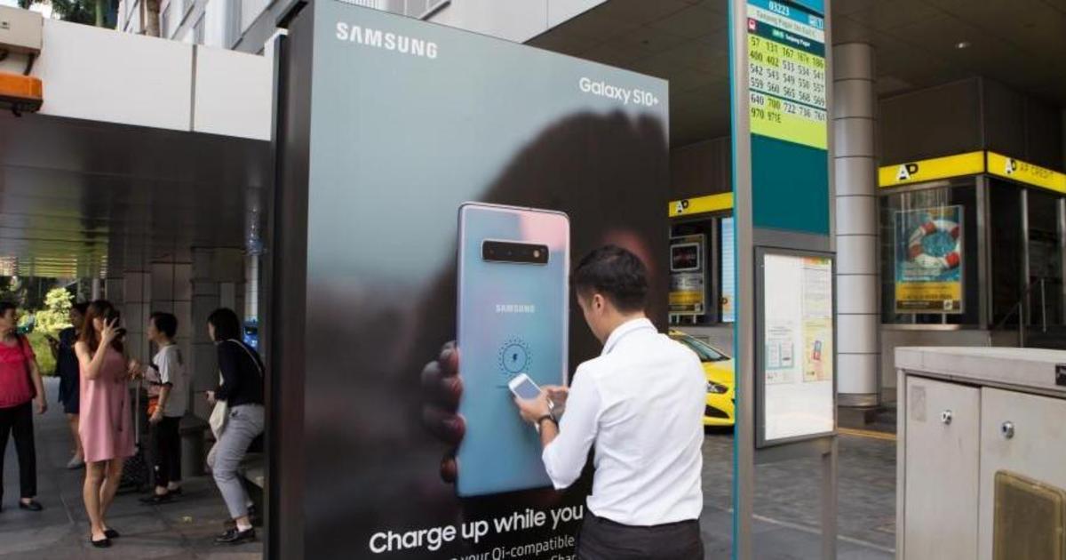 Samsung превратил автобусные остановки в станции беспроводной зарядки.