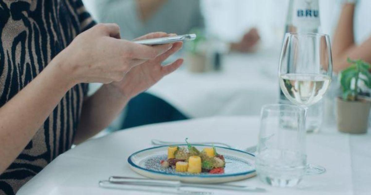 Бренд воды создал тарелки, которые напоминают отложить телефон во время еды