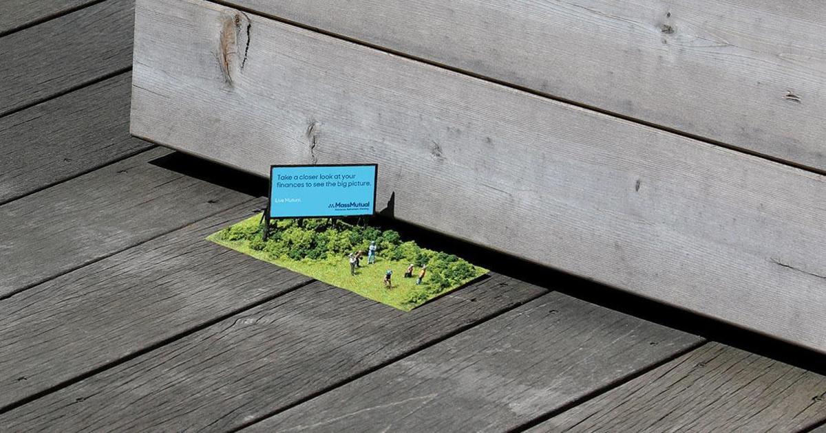 Креатив в Outdoor: крошечные билборды для посетителей ипподрома