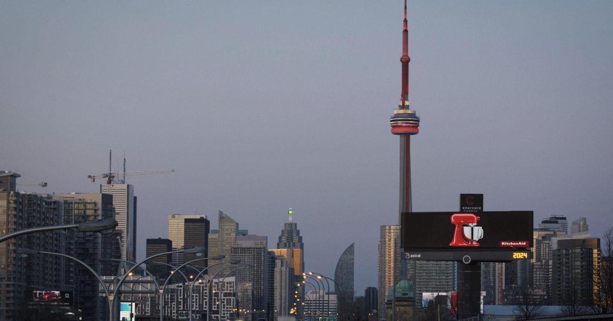 KitchenAid подчеркнул разнообразие миксеров на фоне самого высокого здания Торонто