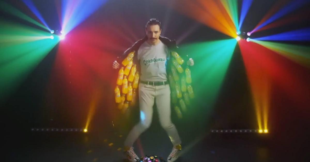 Дилер у шкіряному плащі пропонує таємне задоволення у рекламі ТМ «Соковинки»