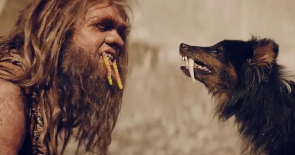 Пещерные люди жуют Yummi Gummi в новом видеоролике