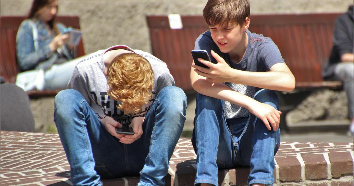 Исследование: дети проводят 30+ часов в неделю за смартфонами