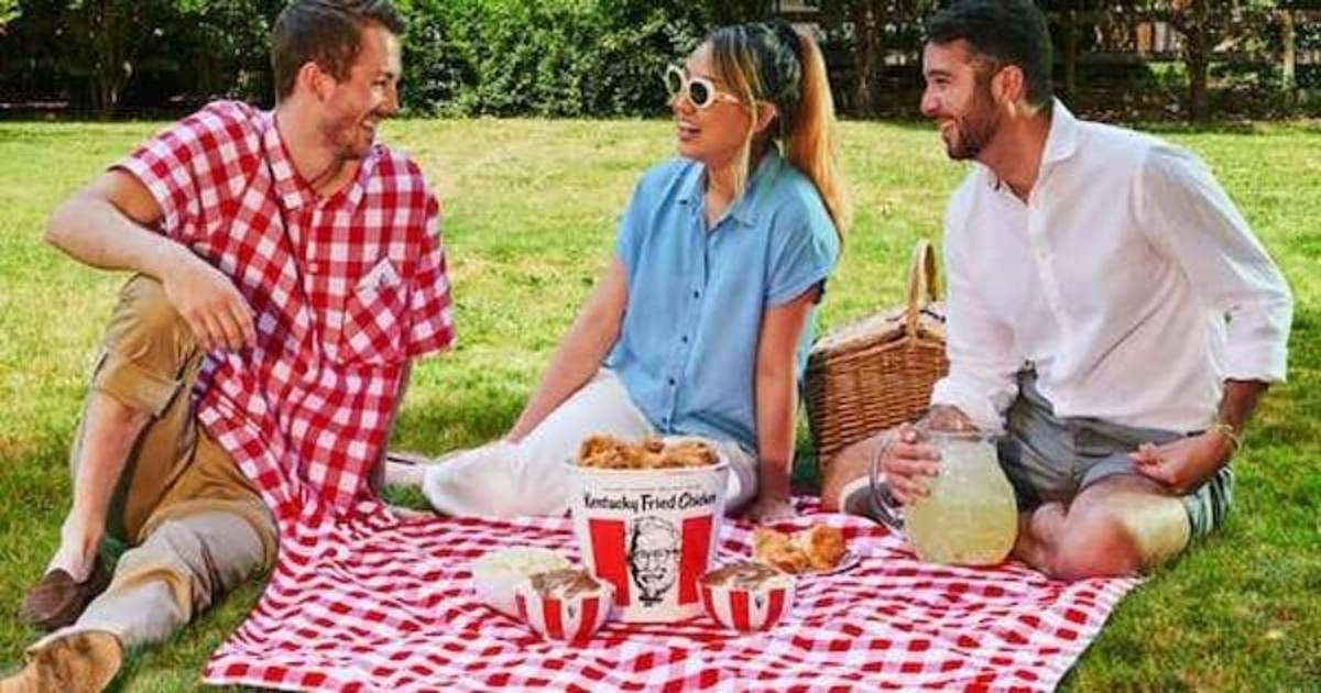 KFC выпустил рубашку, которая служит одеялом для пикников