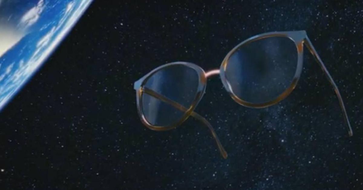 В рекламе «Люксоптики» спели оду всем, кто носит и любит очки