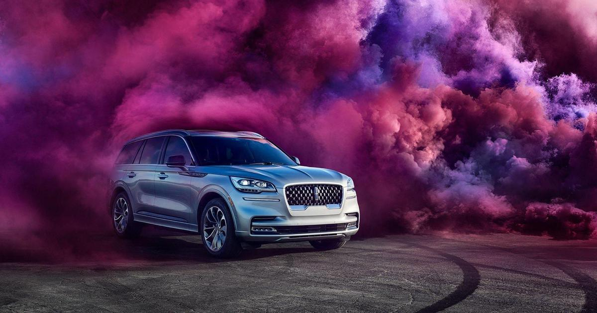Мэттью Макконехи проезжает сквозь багряное облако в новой рекламе Lincoln