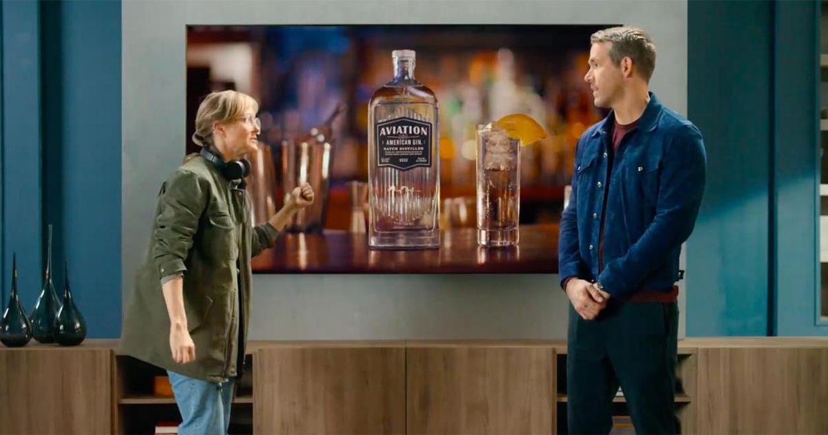 Райан Рейнольдс рекламирует фильм Netflix, Samsung TV и Aviation Gin в одном ролике