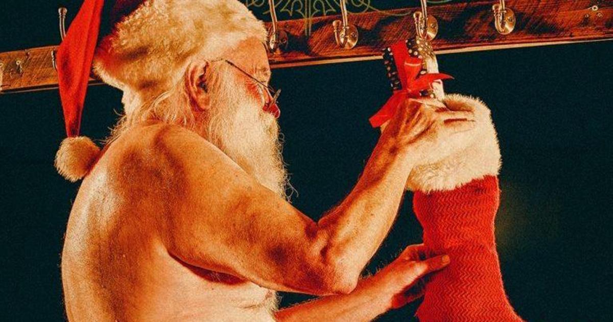 Голый Санта призвал избавиться от традиционных рождественских открыток