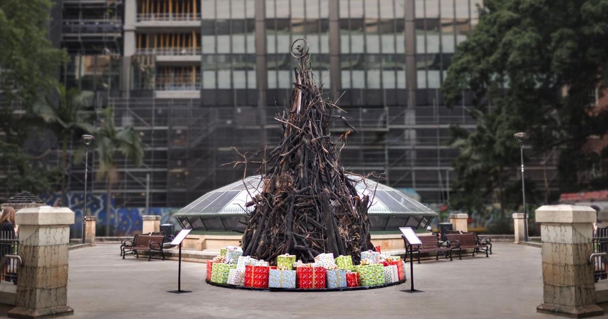 В Сиднее установили обгоревшую рождественскую елку