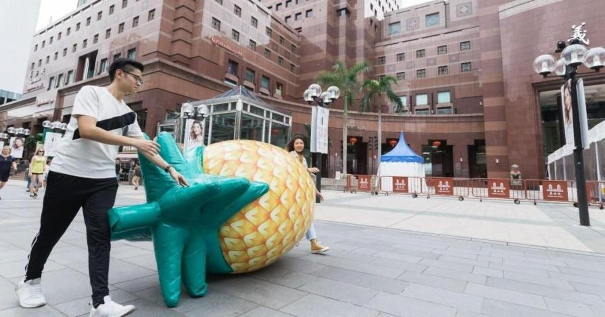 О новой заправке в Сингапуре сообщили с помощью гигантского ананаса