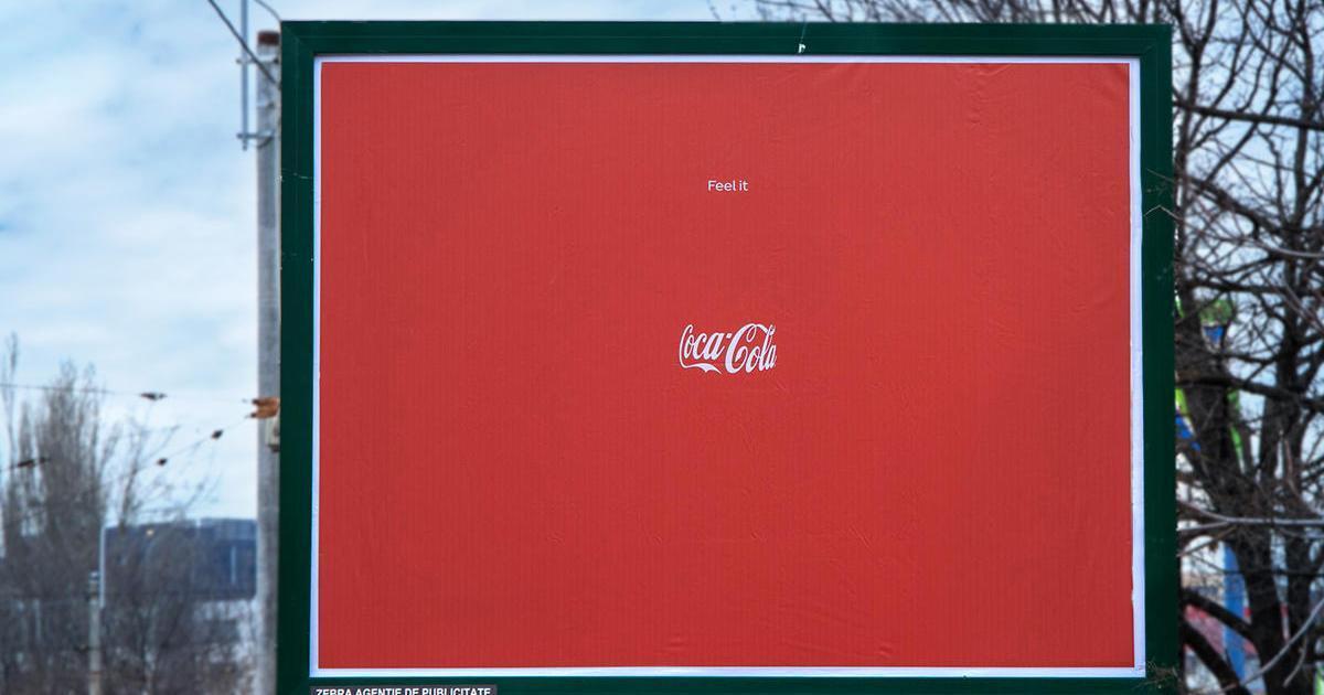Coca-Cola выпустила лаконичную наружную рекламу, оставив лишь лого