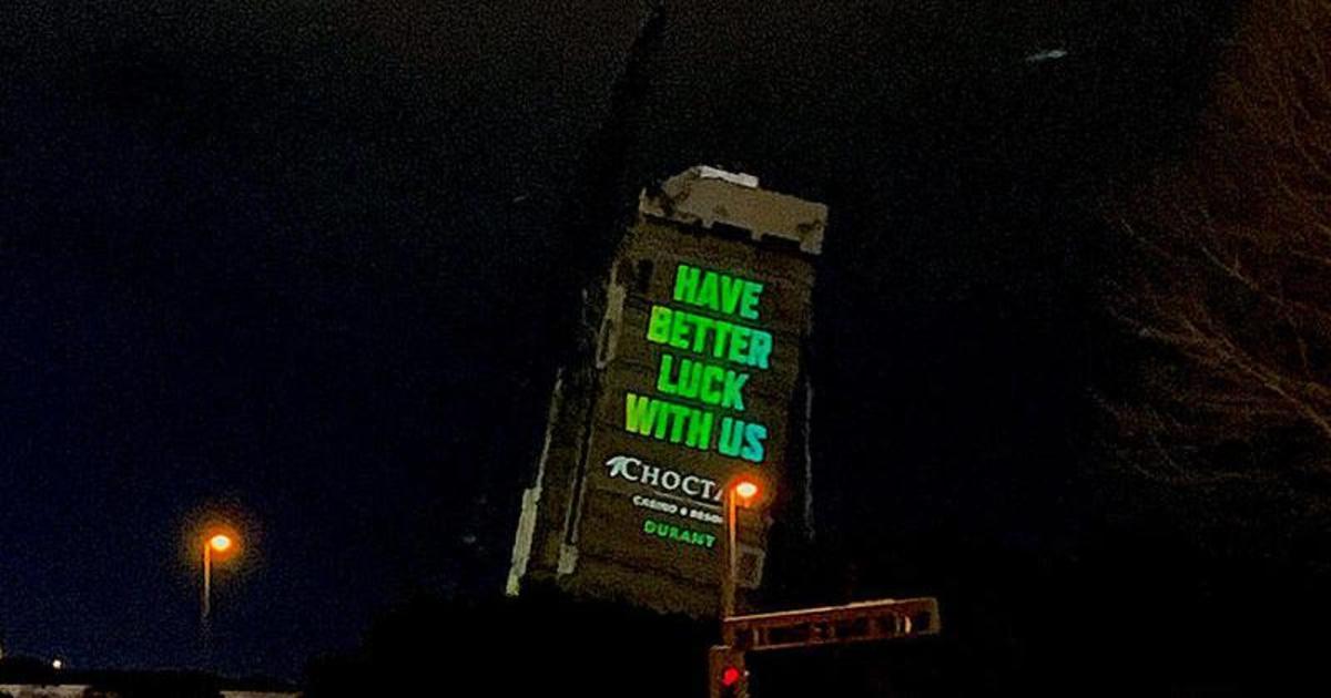 Казино разместило остроумное сообщение на «падающей башне» в Далласе