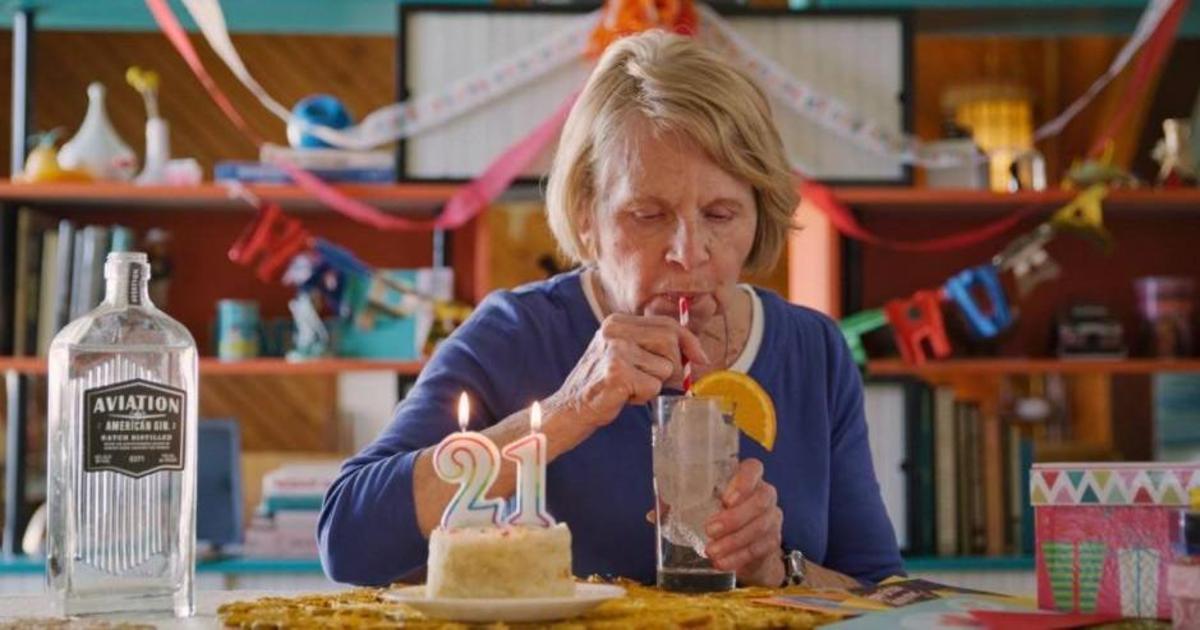 84-летняя женщина выпила первый «легальный» алкоголь в рекламе  Aviation Gin