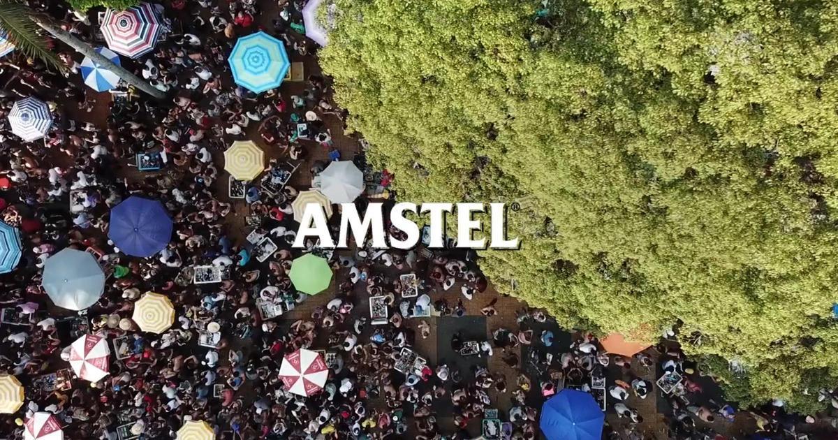 Amstel замаскировал холодильники с пивом на параде, чьим спонсором он не являлся