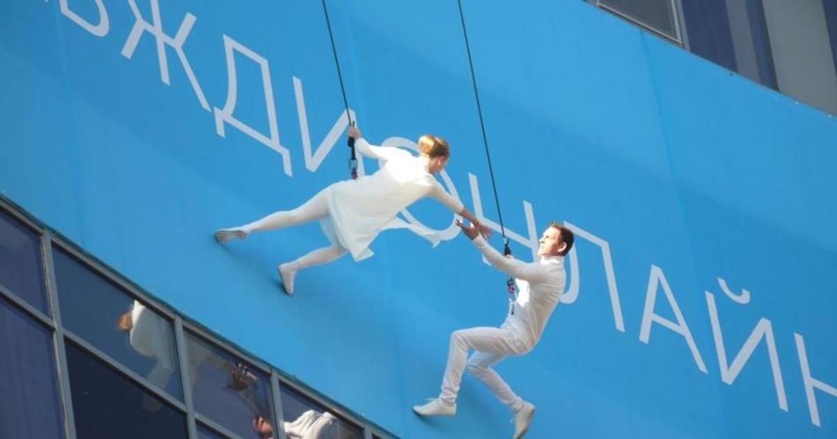 Акробаты станцевали на вертикальной стене в рамках кампании Киевстар.