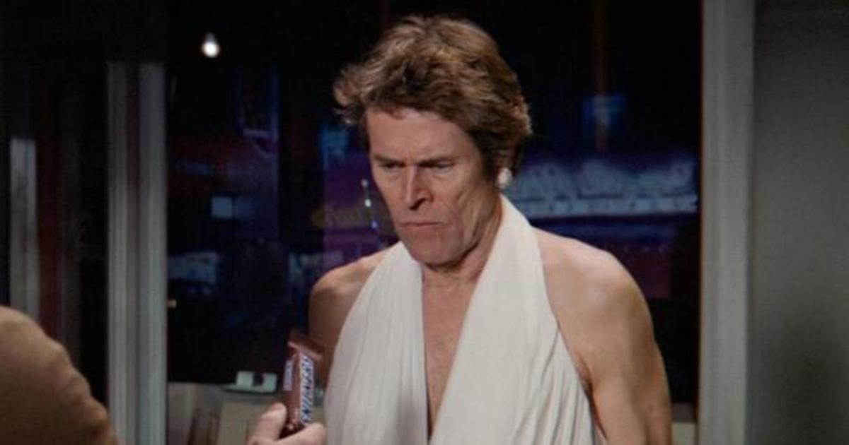 Уиллем Дефо воссоздал знаменитую сцену с Мэрилин Монро в ролике Snickers.