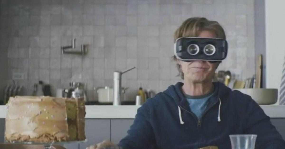 Уильям Мэйси оказался в очках виртуальной реальности в рекламе Galaxy S7.