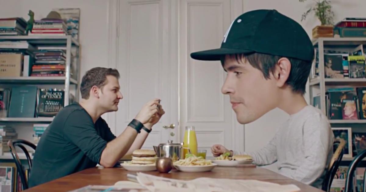 Режиссер Кунг Фьюри показал невообразимые трюки в рекламе смартфона.