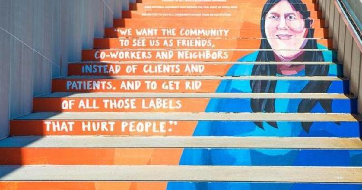 Google увековечил активистов социального движения на ступеньках зданий.