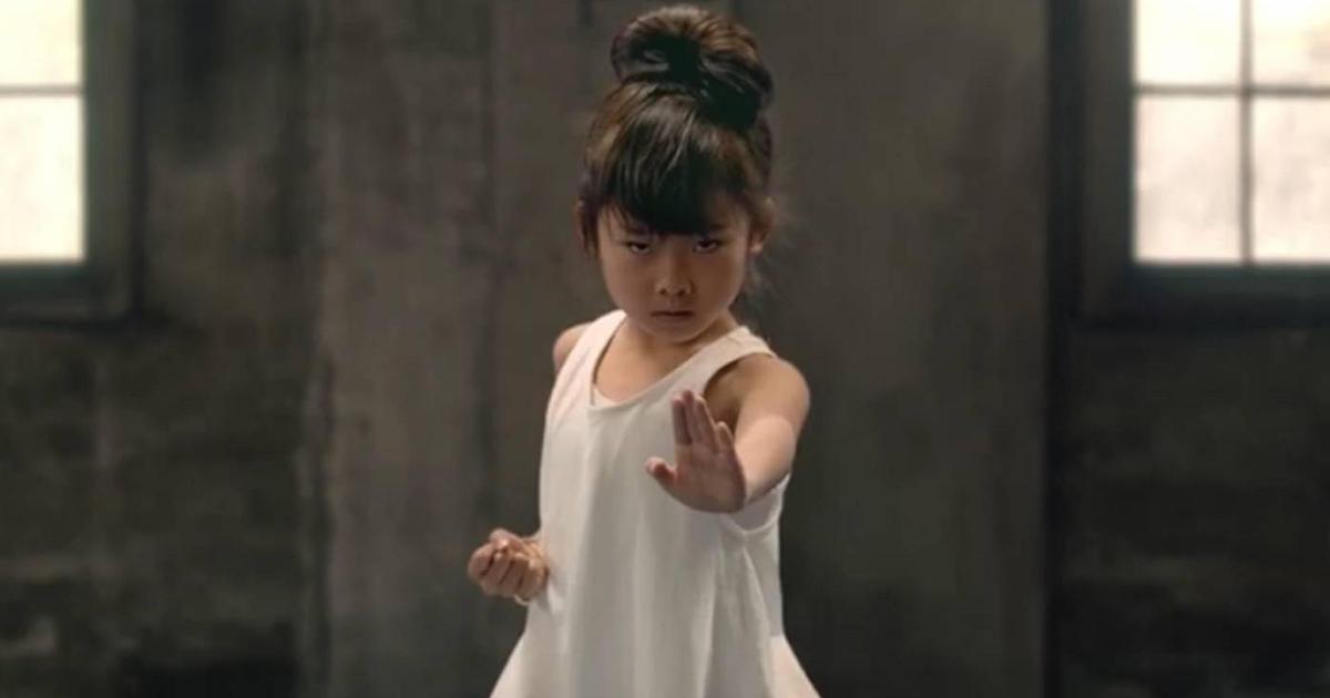 7-летняя каратистка выступила против неравенства в рекламе банка.