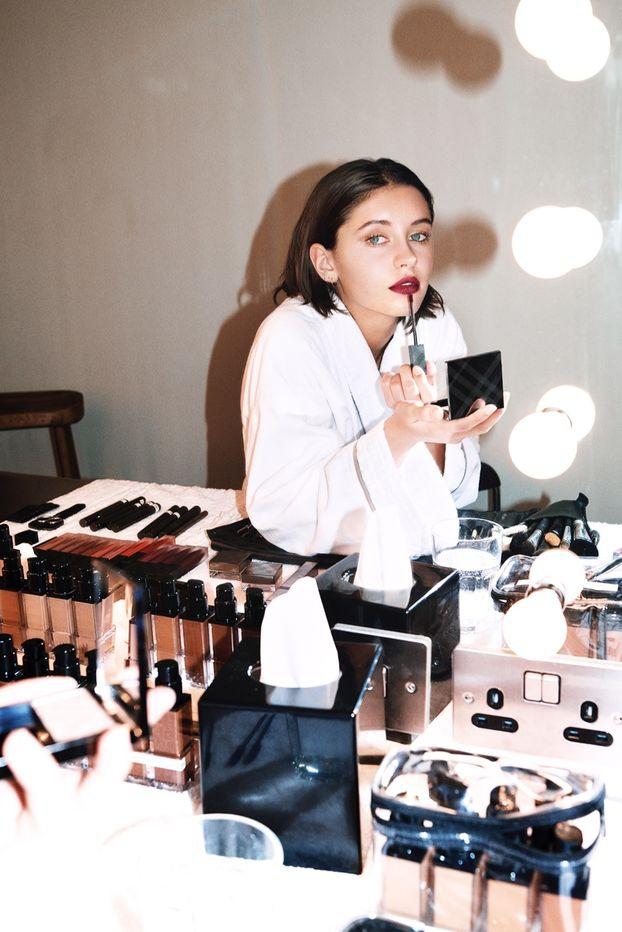 Дочь Джуда Лоу снялась в рекламной кампании Burberry Beauty. 16-летняя  Айрис Лоу стала лицом линейки жидких губных помад Liquid Lip Velvet. 2a4fdfce9b5