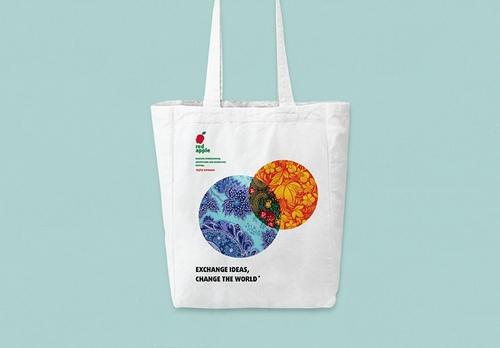 Московский международный фестиваль рекламы Red Apple представил новый фирменный стиль, автором которого стал дизайн-проект Urobarbos Bedlam Design.