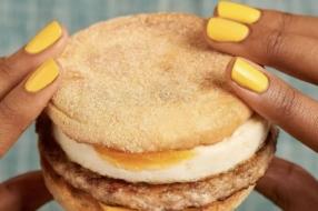 McDonald's поделился рецептом МакМаффина с яйцом и котлетой