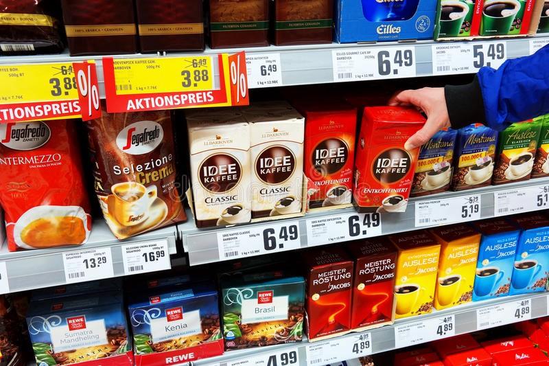 кофе на витрине супермаркета