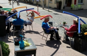 Посетителям немецкого кафе надели на голову аквапалки, чтобы обеспечить дистанцию