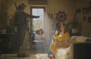 Украинцев спасают от «злинки» в роликах для бренда газированных напитков
