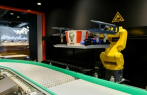 KFC открыл бесконтактный ресторан с роботом