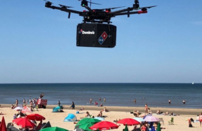 Domino's Pizza доставила пиццу на пляж с помощью дрона