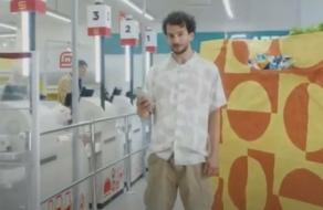В рекламе ритейлера показали огромный пакет и тележку для покупок