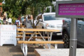 Крошечные билборды призвали помочь малому бизнесу