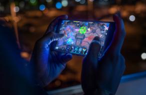 Почти половина американцев играют в мобильные игры ежедневно
