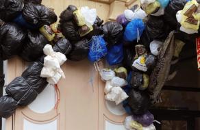 Киевский ресторан украсили мусором в преддверии Хеллоуина