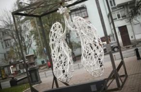 В Києві з'явилась інтерактивна скульптура легень, що розмовляє з перехожими