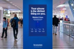 В Финляндии билборды превратили в терминалы по дезинфекции телефонов