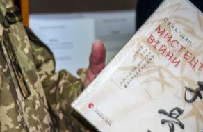 «Бібліотека для героїв»: Yakaboo передала військовослужбовцям 500 книжок
