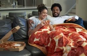 Pizza Hut представила одеяло в форме пиццы