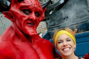 Сатана влюбляется в 2020 год в рекламе сайта знакомств