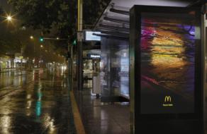 McDonald's рассказал о бургерах с помощью отражений света на улицах