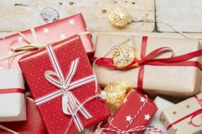 Кисти для макияжа и букеты из еды:  какие подарки выбирают украинцы