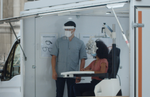 Сеть оптик превратила рекламу конкурентов в тест для проверки зрения